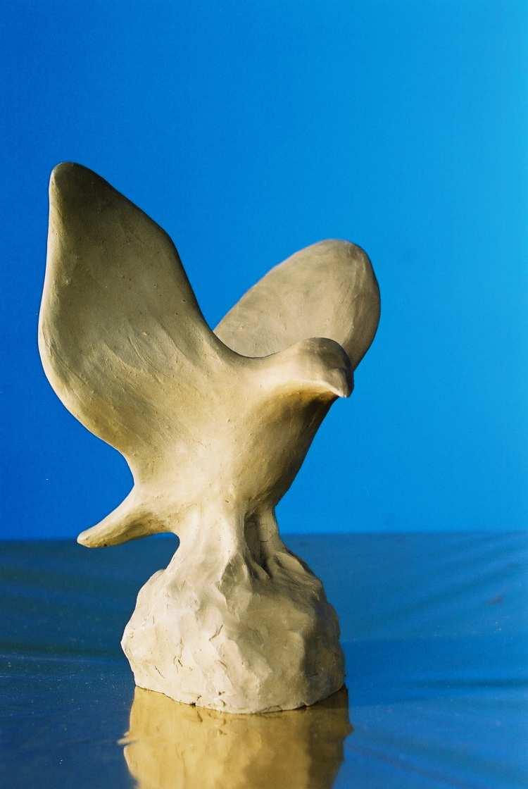 De vogel is ontstaan door luchtig te bewegen in de klei