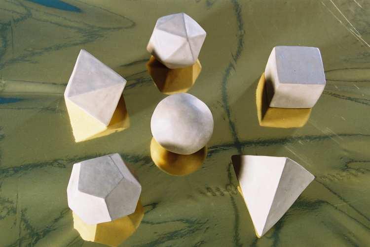 Uit de met zorg   geboetseerde bol komen door drukken en wrijven de vijf platonische lichamen te voorschijn (regelmatig gelijkzijdige veelvlakken)